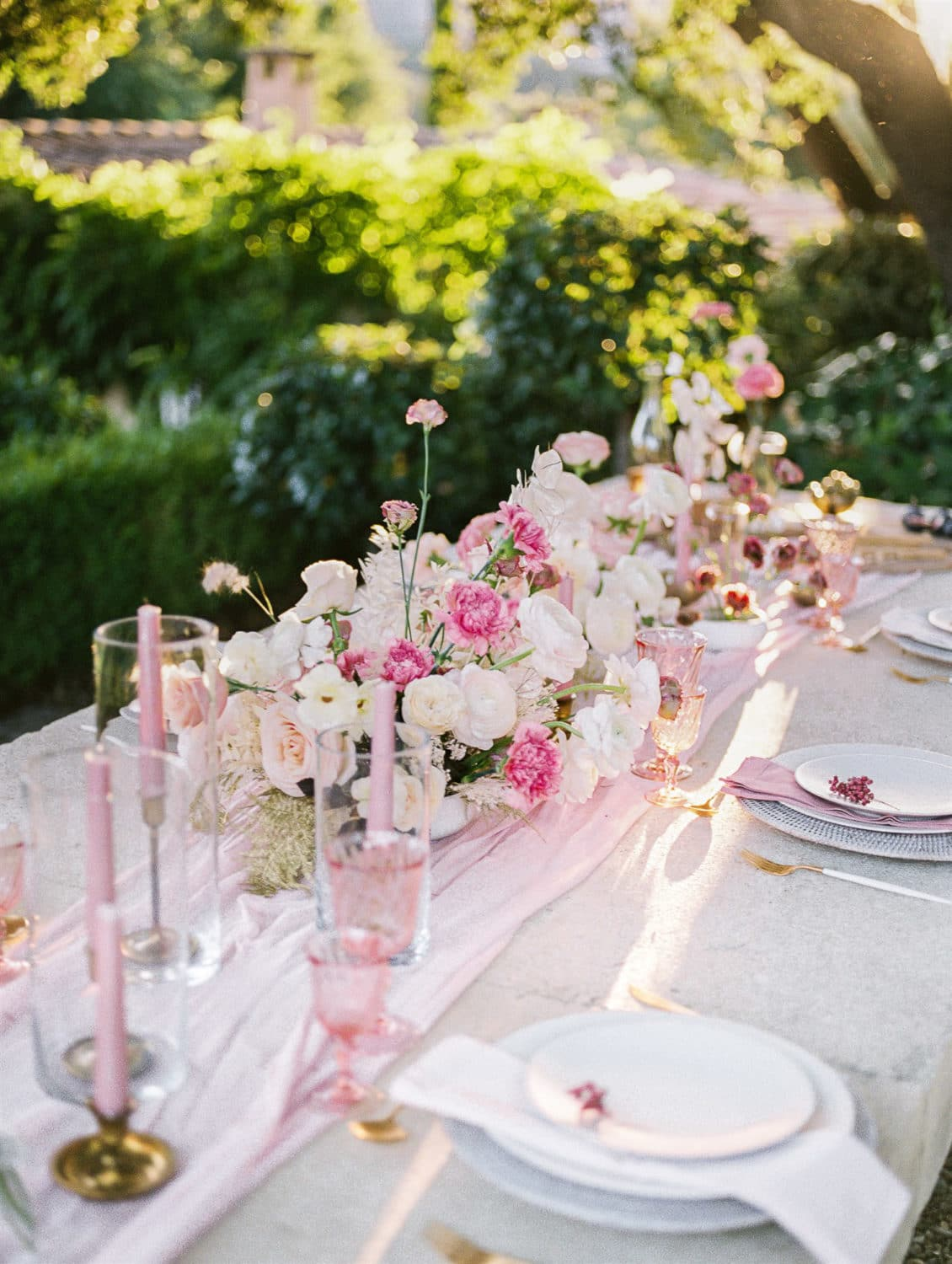 modern refined wedding table in Provence