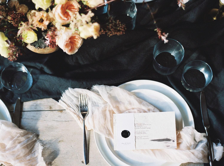 minimalist wedding, wedding table, modern wedding table idea, menu, table styling, wedding designer, Veronique Lorre
