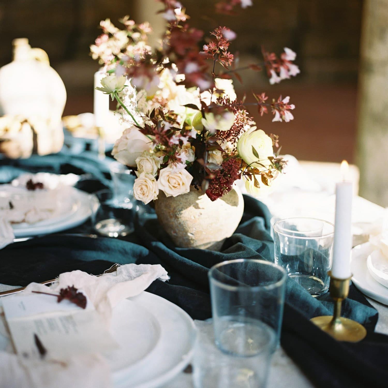 fineart flowers, modern fall wedding, minimalist wedding, autumn flowers, autumn floral centerpiece, Fineart florist, florist Bordeaux, luxury florist, wedding designer